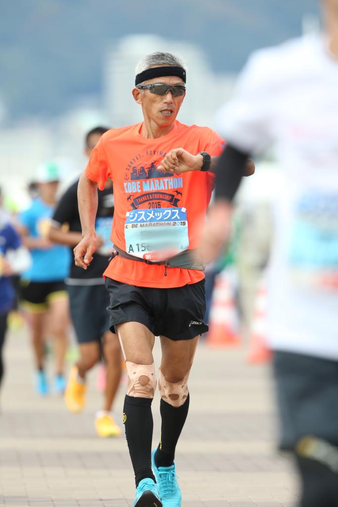 【第5回神戸マラソン2015】で走っている当ブログ管理人の写真