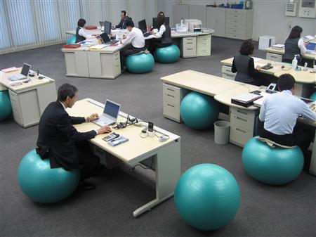 オフィスでバランスボールを使用している画像