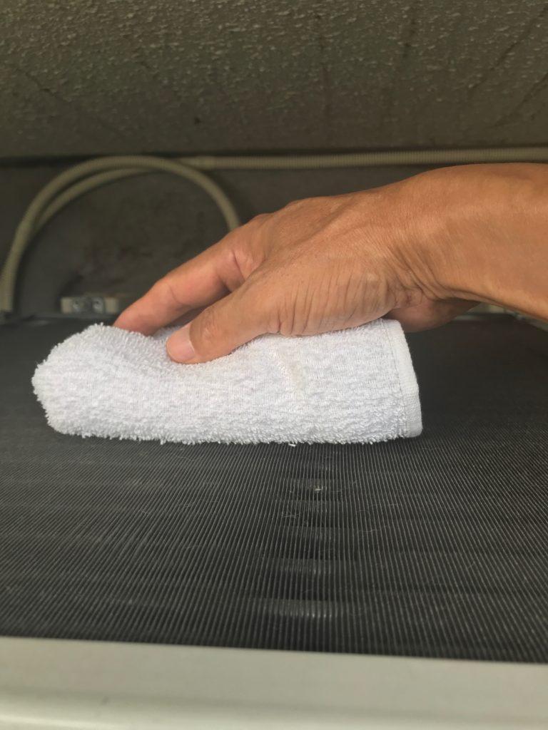 フィンを雑巾で拭いている所